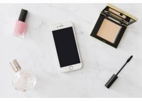 智能手机周围的化妆品和香水_1607251