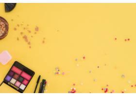睫毛膏面粉眼影调色板亮黄色背景上的_3661292