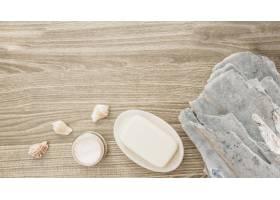 俯瞰海绵贝壳木质表面的肥皂和保湿霜_3317974