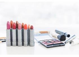 专业的化妆工具带有化妆品眼影调色板和一_3652089