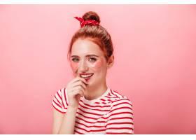 令人惊叹的高加索女子在护肤治疗中微笑摆姿_12885516