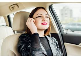 停在车流中的年轻女孩在修饰自己的妆容_2455284