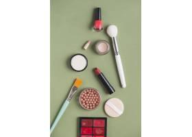 绿色背景下各种彩妆产品的高角观赏_3140771