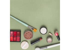 绿色背景下各种彩妆产品的高角观赏_3140778