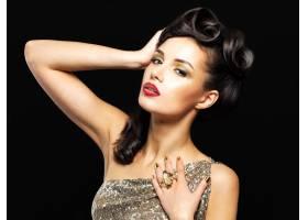 美丽的女人长着金色的指甲画着时髦的眼_11994025