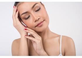 美丽的年轻女子干净清新的皮肤抚摸自己的_2244802
