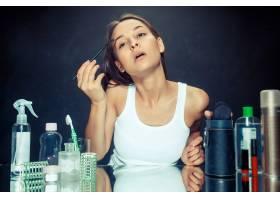 美女化妆美丽的女孩照镜子用刷子涂抹化_12495054
