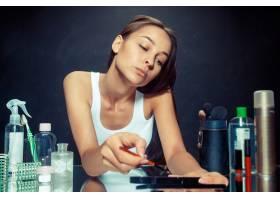 美女化妆美丽的女孩照镜子用刷子涂抹化_12495058