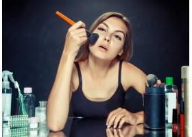 美女化妆美丽的女孩照镜子用大刷子涂化_11315874
