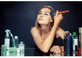 美女化妆美丽的女孩照镜子用大刷子涂化_11530431