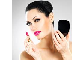 美女在嘴唇上涂上粉色唇膏化妆_11916586