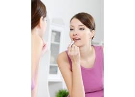 美女在家照镜子用口红涂嘴唇_11180611