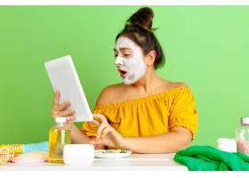 美容日年轻高加索女性肖像皮肤和头发护理_12265229