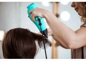 美容院女理发师给黑发女子做发型_7786260
