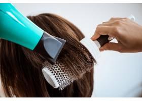 美容院女理发师给黑发女子做发型_7786264