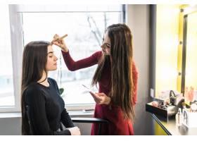 美容院的年轻模特正在做晚妆_9187664