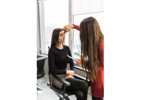 美容院里的美女模特正在做晚妆_9187669