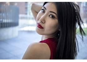 一位亚洲模特穿着时尚优雅的红色连衣裙涂_12449365