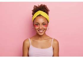 一幅英俊的深色皮肤非洲裔年轻女子的肖像_12495505