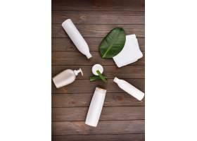 一张铺着绿叶和芦荟的桌子上放着白毛巾几_2612567