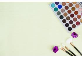 五颜六色的眼影调色板薄荷背景上有紫色的_4441203