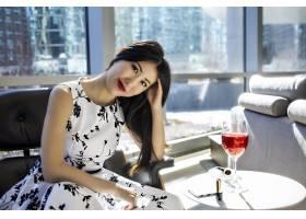 亚洲女模身着时尚性感白色连衣裙_11305182