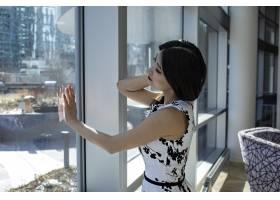 亚洲女模身着时尚性感白色连衣裙_11943170