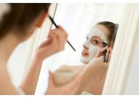 使用面部美容产品的女性_8424591