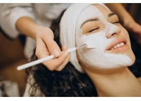 妇女去看美容师并进行年轻化手术_12178116