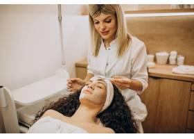 妇女去看美容师并进行年轻化手术_12178119
