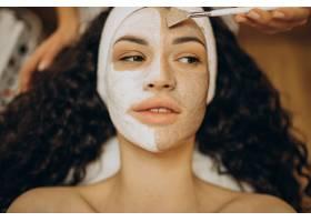妇女去看美容师并进行年轻化手术_12178249