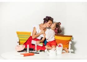 小女孩在白色衣服上亲吻她的母亲_10191454
