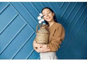 站在工作室里拿着棉花的漂亮女孩_6425761