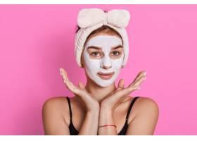 年轻女性肖像戴着泥土面具头部周围有白_9814413