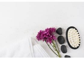 紫玛花毛巾温泉石和按摩刷在白色背景_3479967