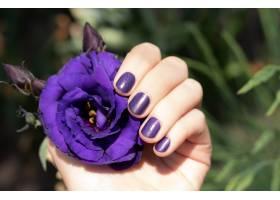紫色指甲设计修剪紫色指甲的女性手握着裸_9131743