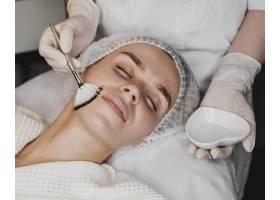 一名年轻女子正在接受面部皮肤护理_12112094