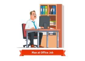 在办公桌旁用电脑工作的男子_1310939