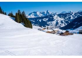 白天白雪覆盖的森林山脉令人叹为观止的景色_12040218
