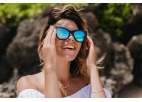 皮肤晒黑的女模特望着天空笑着积极的白人_11365876