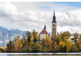 斯洛文尼亚在白云下的湖边被绿树环绕的历_9076494