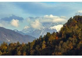 斯洛文尼亚布拉德绿树环绕高山的美丽风景_8943675