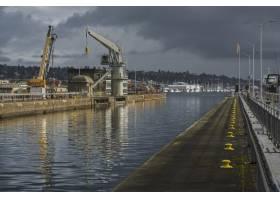 在多云的灰色天空下拍摄的码头的美丽镜头_10176137