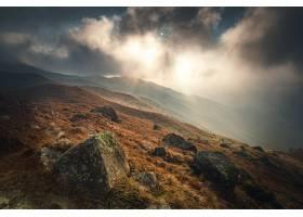 在多云的落日天空下高角拍摄山上长满青苔的_11111985