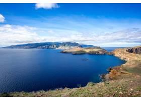 在多云的蓝天下葡萄牙马德拉岛的美丽景色_12948252