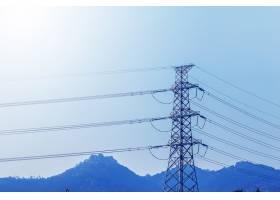 输电铁塔在d蓝天的衬托下形成剪影_1025592