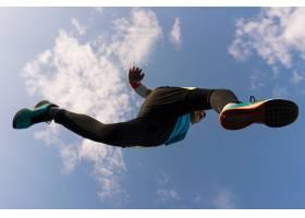 运动员奔跑跳跃天空_8907167