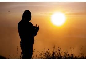 特写镜头黎明时分无人驾驶飞机在巴图尔_10506958