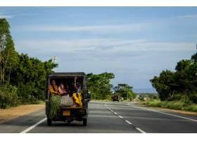 在印度人们坐在一辆拥挤的汽车的后座上沿_1278060