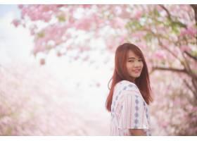 快乐的女性旅行者在度假时尽情享受樱花或樱_1253632
